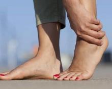 Боль в стопе между пяткой и носком: причины и лечение