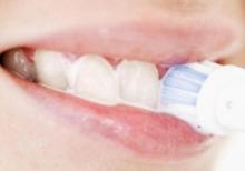 Почему кровоточат десны при чистке зубов: причины и лечение